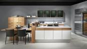 Eine freistehende Kochinsel bildet den Mittelpunkt der Küche. Foto: djd/Poggenpohl Möbelwerke GmbH