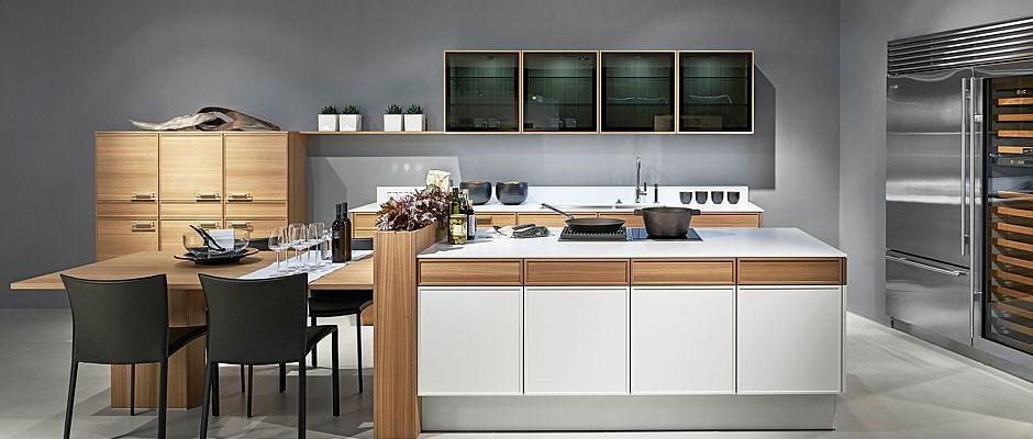 Eine freistehende kochinsel bildet den mittelpunkt der küche foto djd poggenpohl möbelwerke gmbh