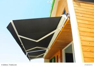 Eine Markise schützt vor zu viel Sonneneinstrahlung und sorgt für ein angenehmes Klima  auf der Terrasse © bildlove / Fotolia