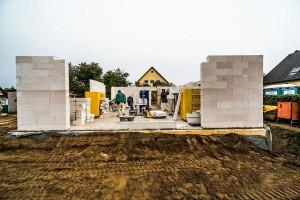 Bereits bei der Auswahl eines Grundstücks und der Lageplanung des Hauses kann man einen sommerlichen Wärmeschutz einplanen.