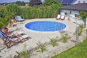 Ein Pool ist eine Bereicherung für jeden Garten. Bei der Planung allerdings sind unzählige Details zu beachten - ohne Unterstützung durch erfahrene Profis geht dies nicht. © Bundesverband Schwimmbad & Wellness e.V.