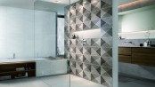 Ein bodengleicher, verfliester Duschbereich ist architektonisch ansprechend und sorgt für ein großzügiges Raumgefühl. Foto: Deutsche Fliese/Engers/akz-o