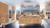 Wohnlich gemütlich und ein Hingucker für die ganze Familie: Eine Küche in Holzoptik sorgt für ein gemütliches, wohnliches aber auch modernes Ambiente. (Foto: AMK)