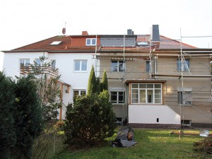Nach dem Erwerb von Bestandsobjekten besteht oft großer Modernisierungsbedarf. Hier die Ansicht einer Doppelhaushälfte nach dem Erwerb. Bild: Bauherren-Schutzbund e.V.