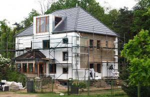 Nach dem Einbau neuer Fenster ist die Dämmung der Gebäudehülle wichtige Maßnahme der Modernisierung, um die angestrebten energetischen Ziele zu erreichen. Bild: Bauherren-Schutzbund e.V.