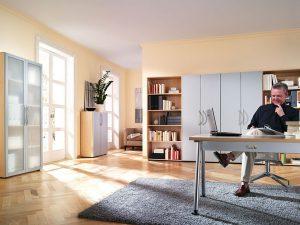 Zu einem konzentrierten Arbeiten im Homeoffice gehört die ergonomische Einrichtung: Ein hochwertiger Bürostuhl und ein angepasster Schreibtisch sorgen für ein buchstäblich unverkrampftes Arbeiten. © djd/TopaTeam
