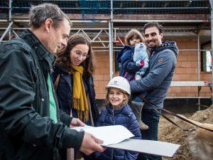 Bauherrenberater Dipl. Ing. Gerd Miethe im Gespräch mit der Bauherrenfamilie Schmitzer