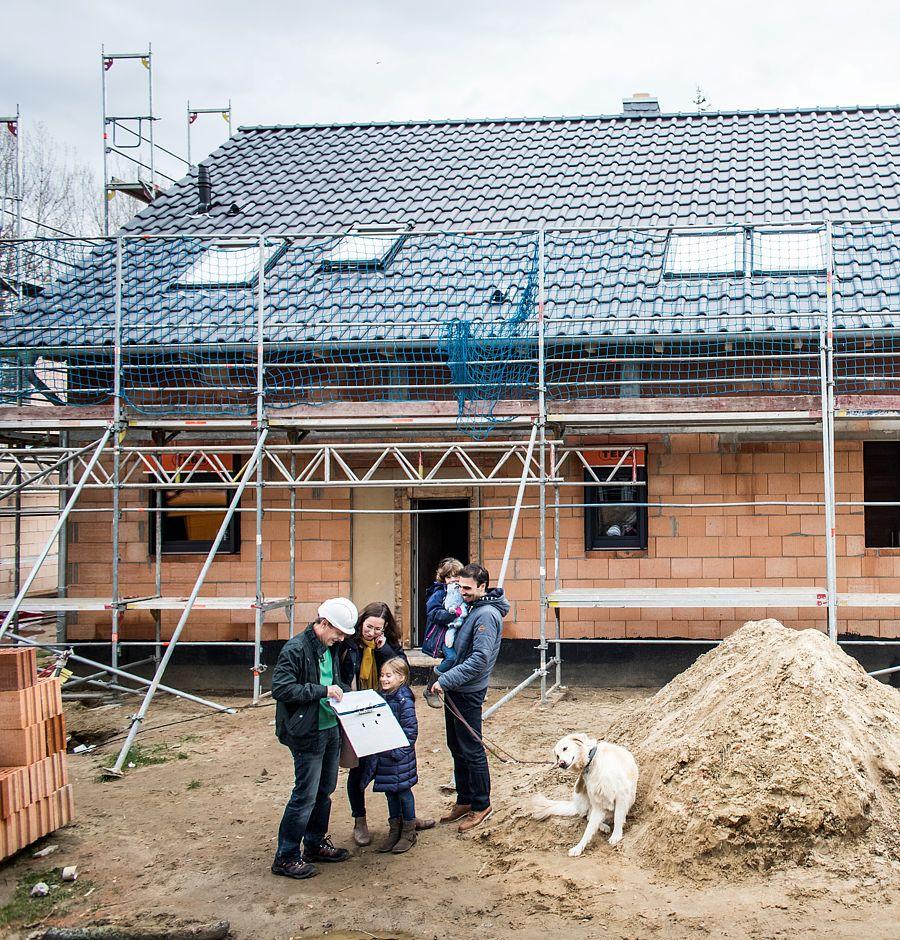 Die Dachfenster sind eingebaut, die Dachrinne ist montiert – allerdings hat sie kein Gefälle, was im klassischen Sinne kein Mangel ist.