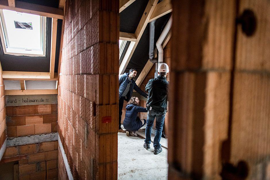 Zur Kontrolle der Rohre gehören die Prüfung des dem Bauplan entsprechenden Verlaufs und die ordnungsgemäße Durchführung durch Decke und Wand.