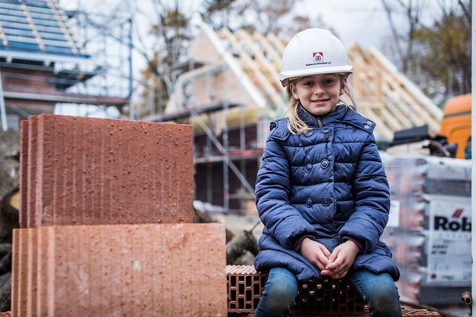 Tochter Svea ist bei jeder Baustellenkontrolle dabei und verfolgt aufmerksam, wie das Haus mit ihrem Zimmer entsteht und ob alle ihre Wünsche erfüllt werden.