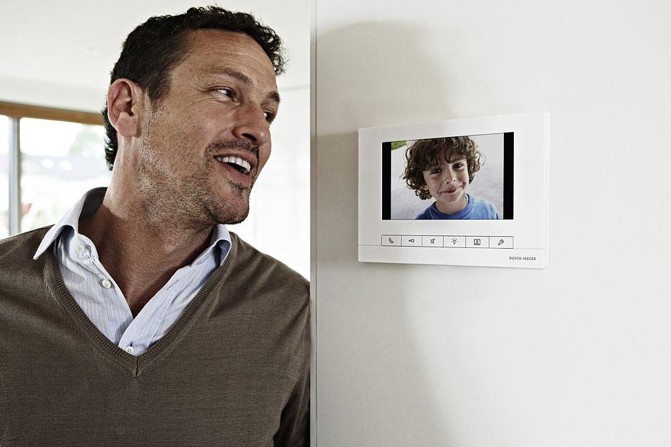 Videosprechanlage für mehr Sicherheit mit Übertragung auf mobile Endgeräte wie Tablet, PC oder Mobiltelefone © E-Plus / Busch-Jäger