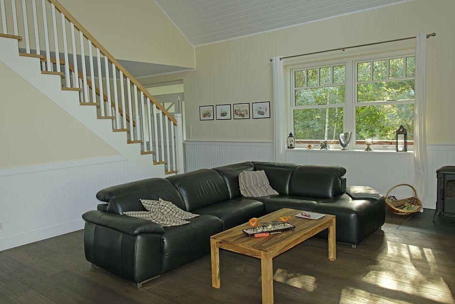 Die schöne Holztreppe ist gleichzeitig ein gestaltendes Schmuckstück im Wohnbereich Foto: Ines Weitermann Presse & Marketing