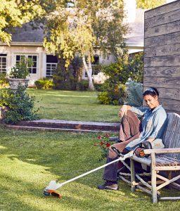 Mit den passenden Hilfsmitteln ist die Gartenarbeit schneller erledigt - umso mehr Zeit bleibt zum Relaxen. Akku-Motorsensen etwa halten Rasenkanten in Form. Foto: djd/STIHL