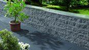 Elegante Abgrenzung: Das Cubaro-Mauersystem hat eine feingebrochene Oberfläche, die je nach Lichteinfall edel glitzert. Foto: Kann/akz-o