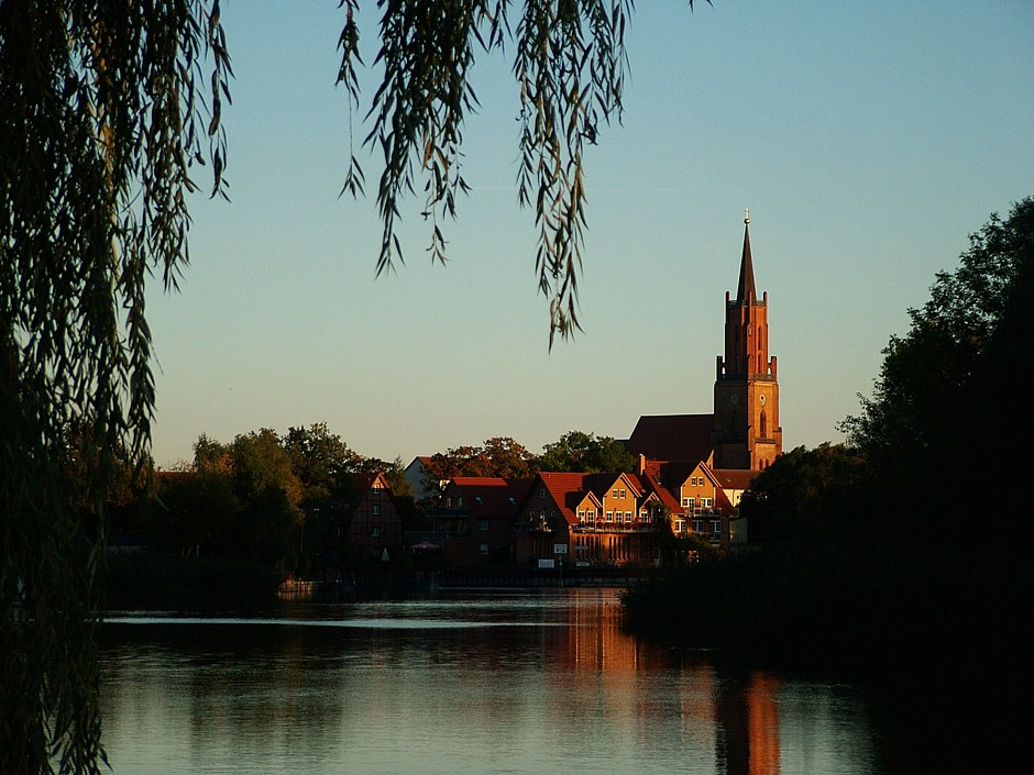 Rathenower Havel mit Kirchturm Foto: Sebastian Rabe / flickr.com https://creativecommons.org/licenses/by-nd/2.0/de/