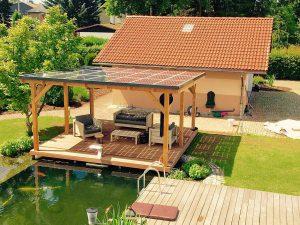 Während die Familie das Gartenleben genießt, produziert das Solardach unablässig elektrische Energie. Foto: djd/www.solarcarporte.de
