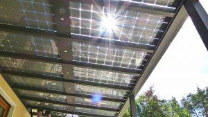 Wer Wert auf nachhaltiges Bauen und umweltnahes Wohnen legt, kann mit einem Solar-Terrassendach die Energieeffizienz des Eigenheims deutlich steigern. Foto: djd/www.solarcarporte.de