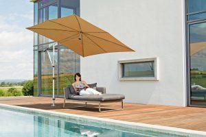Neben der einfachen Bedienbarkeit und Stabilität sollte man beim Sonnenschirmkauf auch auf den sogenannten UV-Schutzfaktor des Tuchs achten. Foto: djd/May Gerätebau GmbH