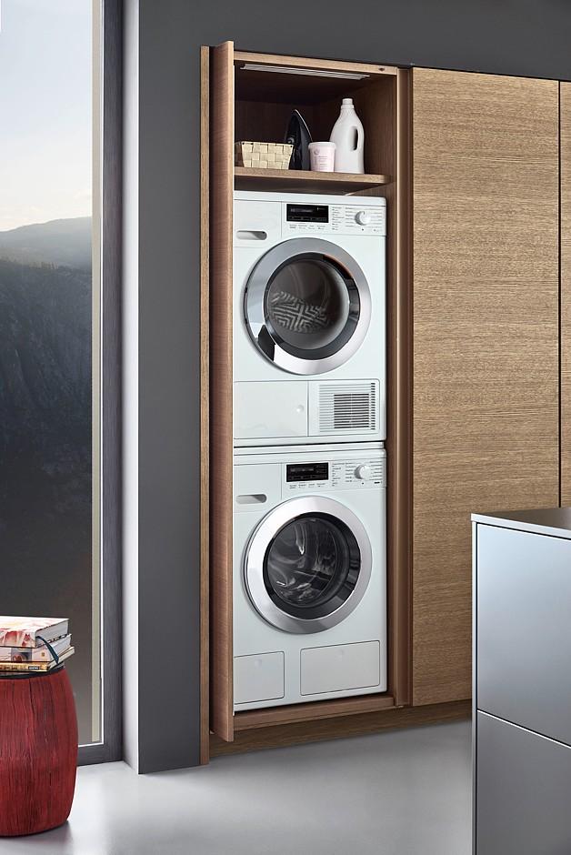 Hochschränke mit komplett versenkbaren Einschubtüren (Pocket Doors). Dahinter lässt sich beispielsweise auch alles für die perfekte Wäschepflege organisieren. (Foto: AMK)