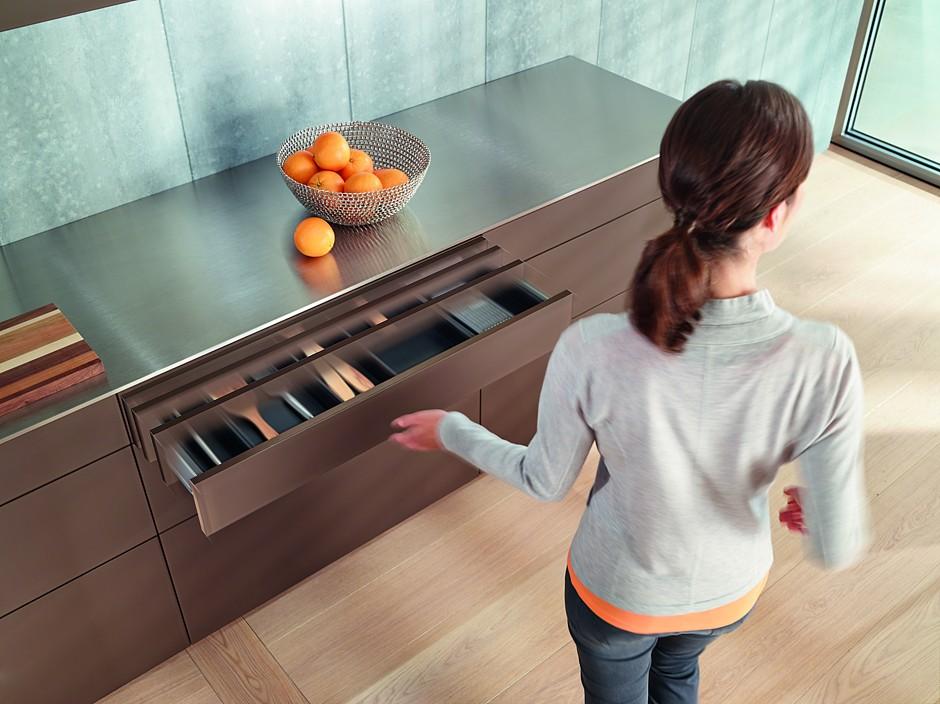 Hohen Komfort und einen mühelosen Zugriff auf das Staugut ohne jegli-chen Kraftaufwand – das bietet eine elektrische Öffnungsunterstützung. Und zwar nicht nur in grifflosen Küchen. (Foto: AMK)