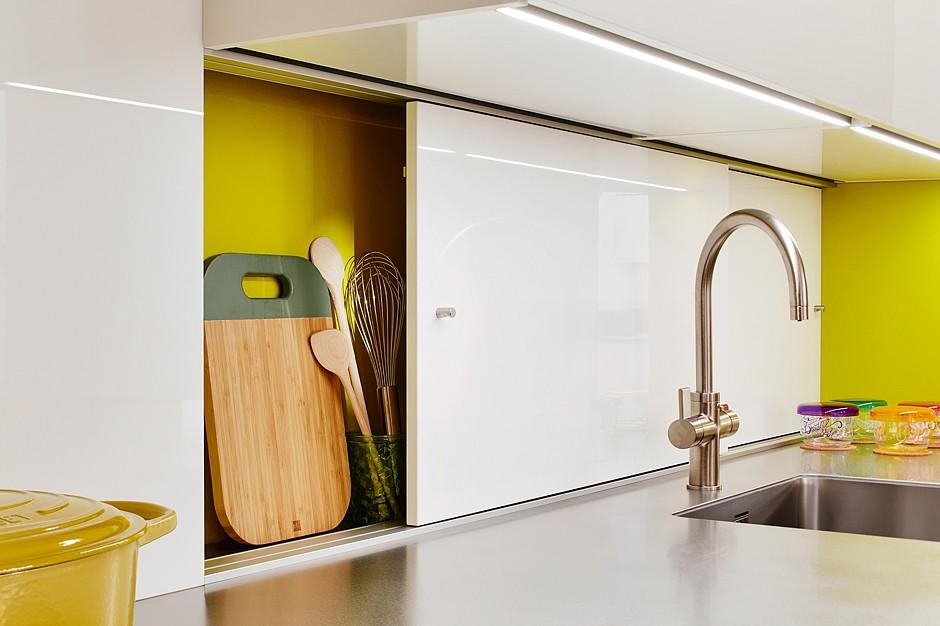 Attraktives Konzept für die Küchennische: hier entsteht zusätzlicher Stauraum durch ein praktisches Schiebetürensystem. Werden die kleinen Küchenhelfer nicht mehr benötigt, verschwinden sie hinter Schiebetüren. (Foto: AMK)