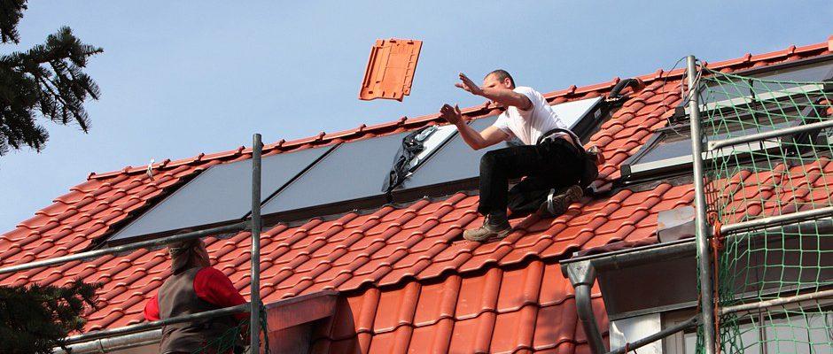 Beschädigte Dachziegel werden erneuert, Solaranlagen routinemäßig inspiziert. Wer kleine Schäden am Dach nach dem Winter rasch beseitigt, spart Kosten für eine spätere, aufwendige und teure Sanierung Foto: Württembergische Versicherung AG
