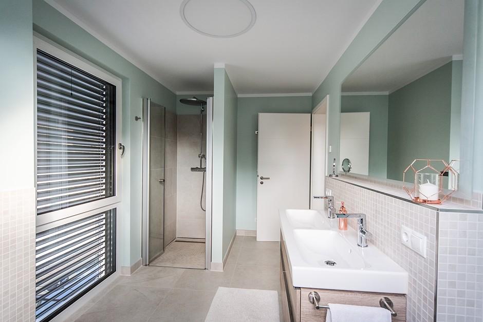 Was von den Bauherren per Internet für das Bad ausgewählt wurde, hat die mit dem Einbau beauftragte Firma zu deren Zufriedenheit eingebaut.