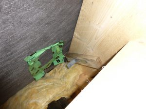 In der Dachkonstruktion hatte sich zum Beispiel infolge ergiebigen Regens auf den Rohbau, durch mangelhafte Reparatur der Unterspannbahn und durchfeuchtete Wärmedämmung Schimmel gebildet.