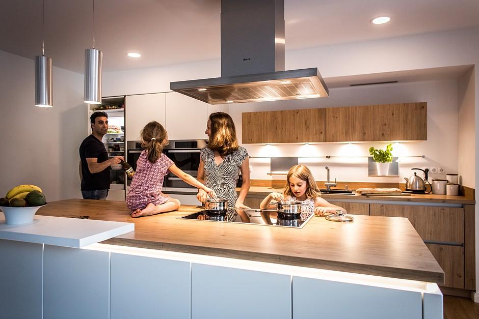 Mit Vorliebe hält sich die Familie in der Küche auf, die dank ihrer Großzügigkeit nicht nur zum Kochen einlädt.Mit Vorliebe hält sich die Familie in der Küche auf, die dank ihrer Großzügigkeit nicht nur zum Kochen einlädt.