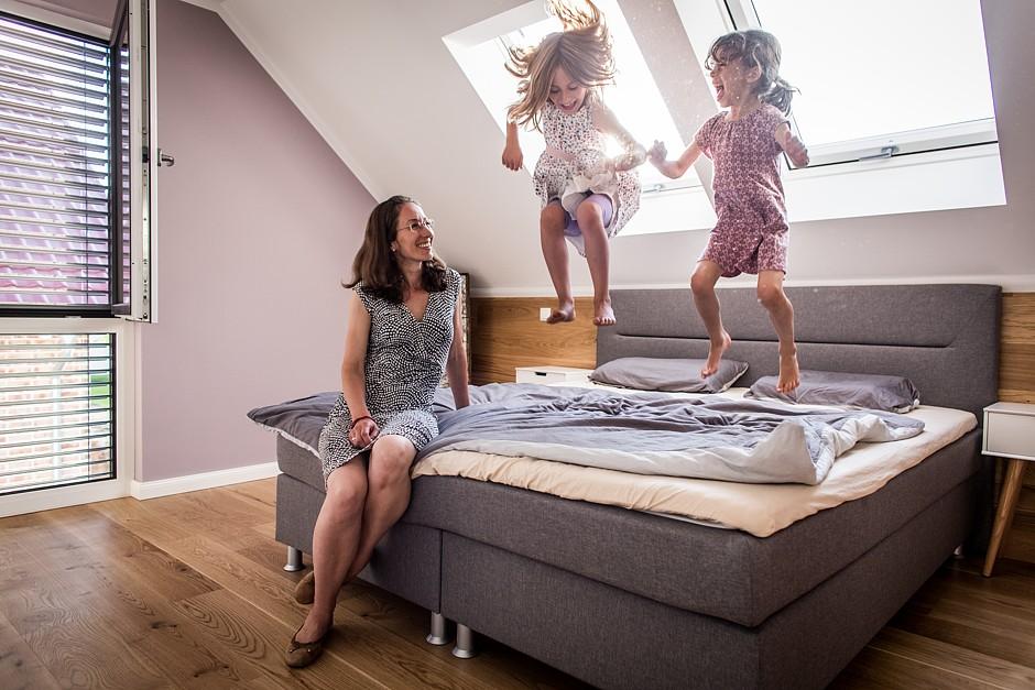 Lebensfreude pur bei den Kindern – aber auch die Eltern sind vom neuen Zuhause begeistert. Nur dass die Sprünge nicht ganz so hoch ausfallen.