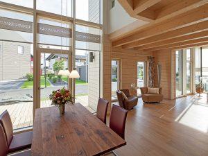 Ob das Holz von außen sichtbar ist oder nicht: Wer in einem Holz-Fertighaus lebt, tut gut daran. Foto: BDF/Stommel Haus