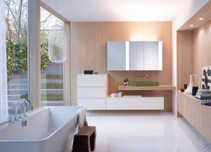 """Ob die Sonne nun auf- oder untergeht: Das private Bad bringt dank LED-Technologie immer wahre Beleuchtungsqualitäten mit sich. Neuerdings basieren sie sogar auf wissenschaftlicher Grundlage und einer interaktiven benutzerdefinierten Steuerung, die durch Leuchtelemente auf dem Spiegel sichtbar ist. Situationen wie Funktions-, Entspannungs- und Pflegelicht können ebenso ohne Berührung der Spiegelfläche gewählt werden wie eine Einstellung, die sich der Tageszeit automatisch anpasst. Spiegelschrank-Programm für Serie """"rc40"""" von Burgbad, Lichtkonzept Bartenbach. Foto: VDS / ©Burgbad"""