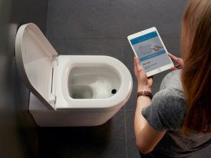 """Ab sofort gehört die Zukunft auch Toiletten, die automatisch Urin analysieren. Die Werte dazu werden in einer App auf dem Smartphone oder Tablet angezeigt. Die Benutzer können so jederzeit ihre biologischen Parameter überprüfen und ihre Fitness- und Ernährungsprogramme entsprechend anpassen. Die Innovation kommt nicht von ungefähr. Immer mehr Menschen nutzen digitale Helfer und Apps, um ihr sportliches Training und ihre Lebensweise zu optimieren. """"BioTracer"""" von Duravit. Foto: VDS / ©Duravit"""