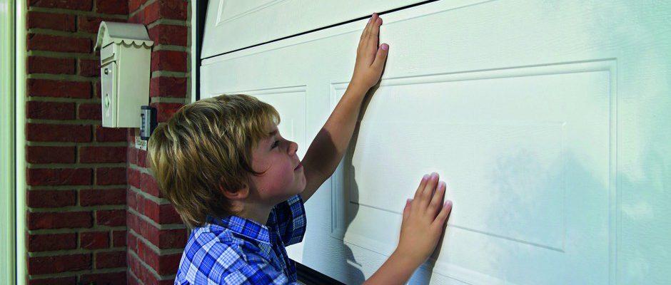 Kinder interessieren sich für Garagentore. Daher muss die jährliche Wartung und Kontrolle der Sicherheitseinrichtungen durch einen Sachkundigen eine Selbstverständlichkeit sein. Foto: ttz/Hörmann
