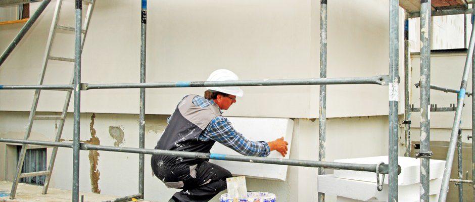 Handwerker beim dämmen eines Gebäude © Michael Jäger / Fotolia.com
