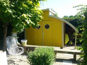Wer ein Gartenhaus baut, kann auch ganz praktische Beweggründe haben. Anstatt die Garage mit Gartenzubehör vollzustellen, lässt sich mit einem Gerätehaus Platz und Ordnung schaffen. © BGL
