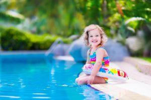 Mit einigen Sicherheitsregeln rund um den Pool steht einer vergnüglichen Badesaison nichts mehr im Wege. Foto: djd/Bundesverband Schwimmbad & Wellness e.V./clipdealer
