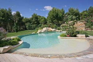 Eine weitere neue Norm für den Poolbau hat die Wasserqualität im Fokus. Foto: djd/Bundesverband Schwimmbad & Wellness e.V.