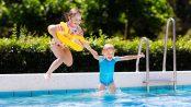 Damit Kinder das Badevergnügen im privaten Pool vollauf genießen können, sollte der Eigentümer einige Sicherheitstipps beachten. Für neue Pools gilt nun erstmals eine europaweit einheitliche Norm. Foto: djd/Bundesverband Schwimmbad & Wellness e.V./clipdealer