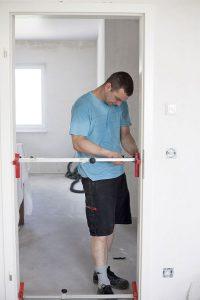 Wer bereits beim Neubau an barrierefreien Komfort zum Beispiel bei den Türbreiten denkt, kann leichter Anpassungen an veränderte Lebenssituationen vornehmen. Foto: djd/Bauherren-Schutzbund