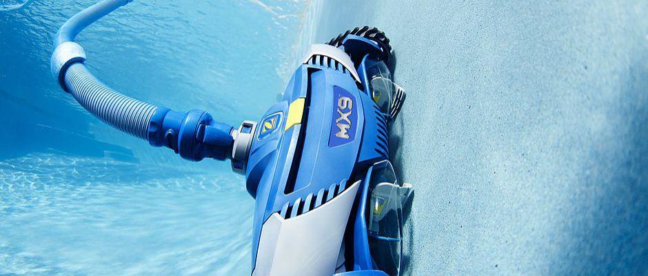 Während automatische oder halbautomatische Poolroboter ihren Reinigungsjob im Schwimmbecken erledigen, kann der Poolbesitzer sich angenehmeren Tätigkeiten widmen.© djd/Zodiac