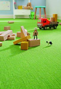 Durch einen Teppich lässt sich auch mit Bauklötzchen lärmfrei spielen ©  Lärm durch Teppich reduzieren  ©  tretford/akz-o