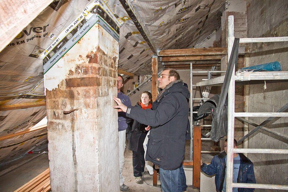 Besprechung der nächsten Modernisierungsschritte – notwendige Veränderungen am alten, versottenen Schornsteinkopf werden mit dem BSB-Bauherrenberater besprochen. © BSB
