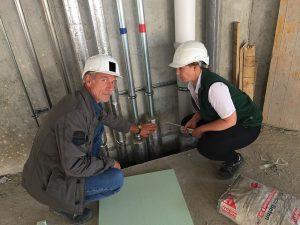 Die DEKRA-Bausachverständige Kathrin Kosztyla auf der Baustelle im Rundgang mit der Bauherrschaft