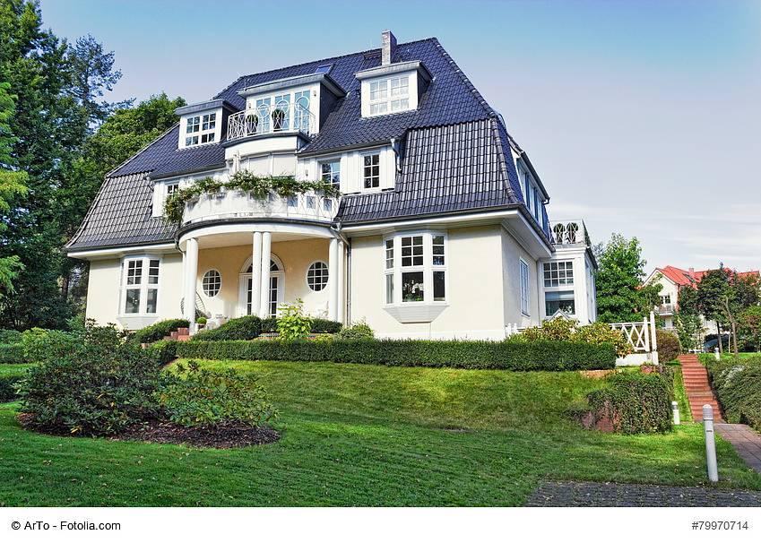 Ein exklusives Haus in klassischer Bauweise (c) ArTo - Fotolia.com