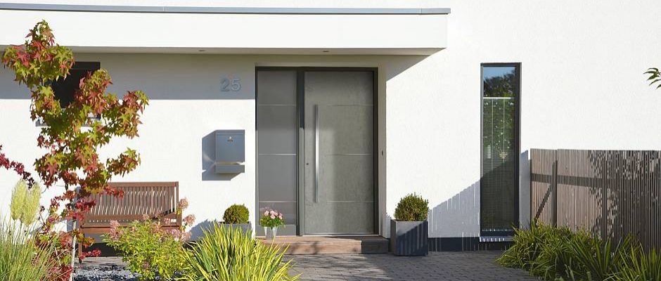 Elegante und klar gezeichnete Eingangstür.