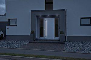 Attraktive Haustür mit modernem LED-Licht.