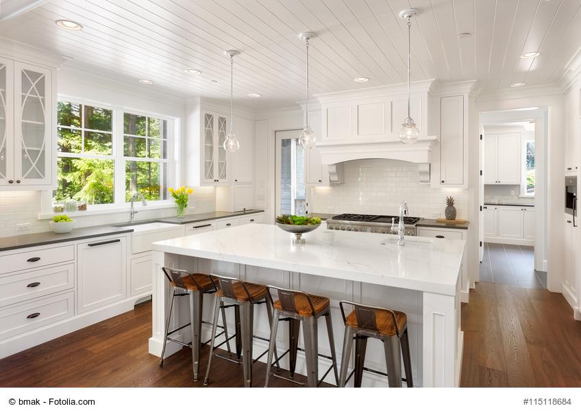 ansprechende und praktische kochinseln im gem tlichen einfamilienhaus. Black Bedroom Furniture Sets. Home Design Ideas