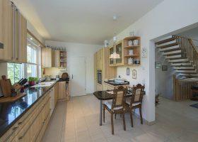 Fußbodenheizung sorgt in allen Räumen für Behaglichkeit, auch in der Küche. Fotos: Roth-Massivhaus / Gerhard Zwickert