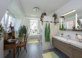 Extrabreite Gaubenfenster lassen die Morgensonne ins Badezimmer. Fotos: Roth-Massivhaus / Gerhard Zwickert